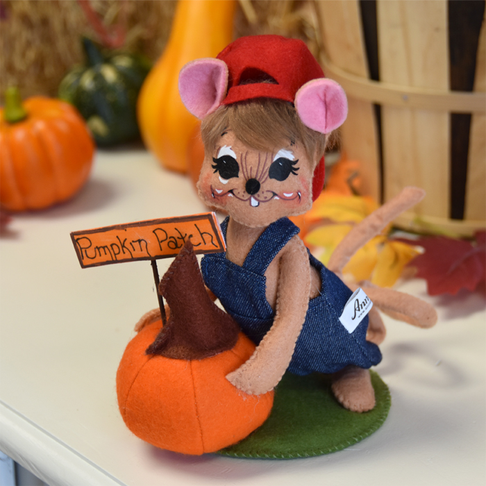 6 inch pumpkin pickin mouse